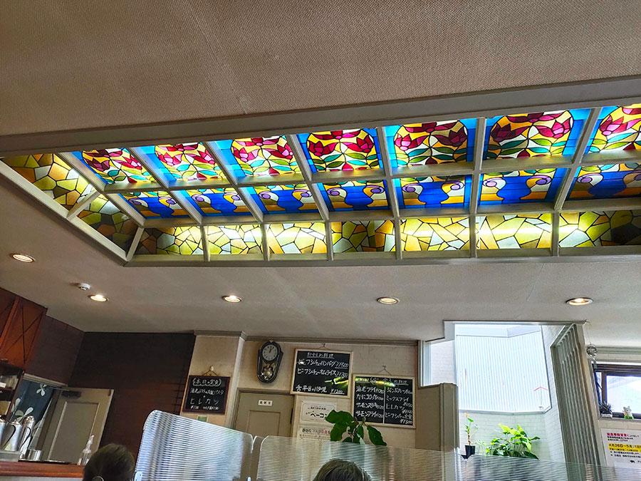 天井にはステンドグラス。綺麗!